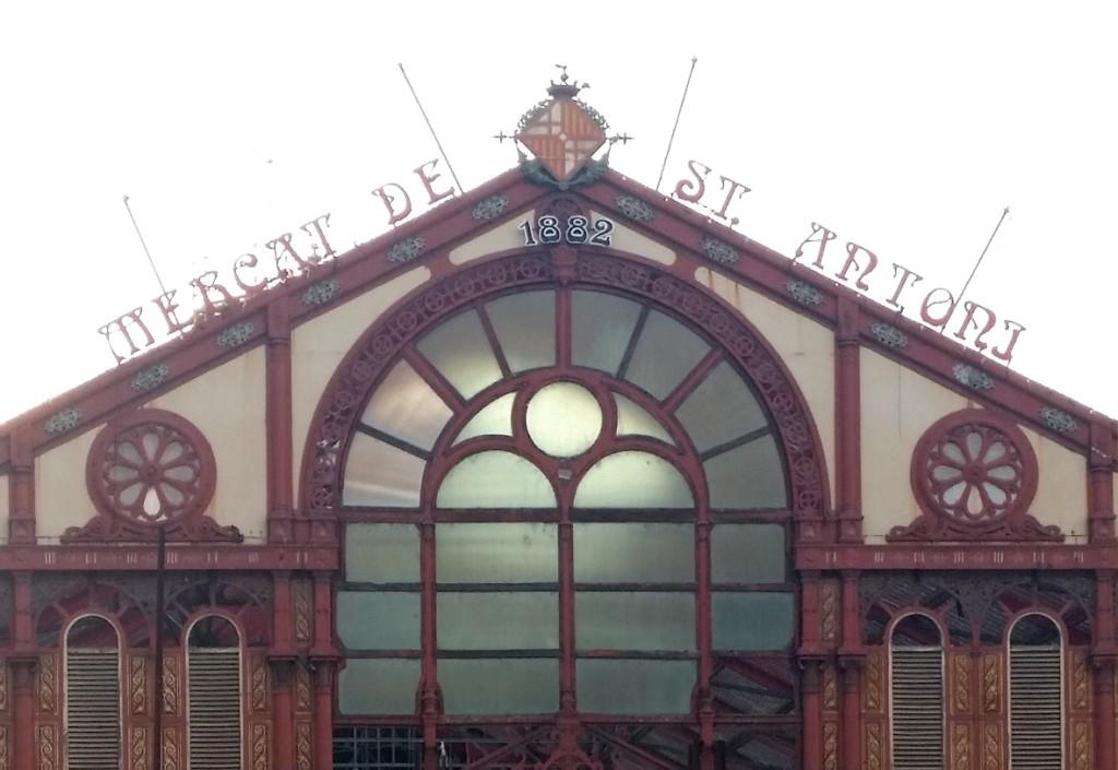 El mercado de Sant Antoni, el epicentro del barrio, está siendo reformado.